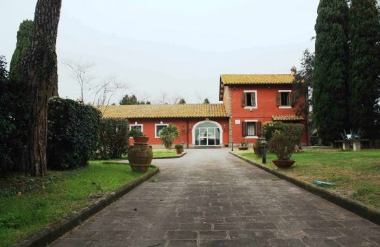 Prestigious estate with swimming pool for sale in northern Rome