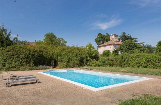 Villa and farmhouse with swimming pool in Monferrato